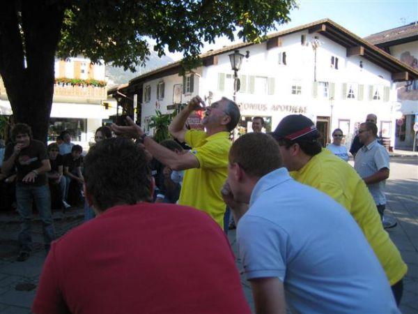 Lach-Yoga in der Fußgängerzone in Garmisch-Partenkirchen