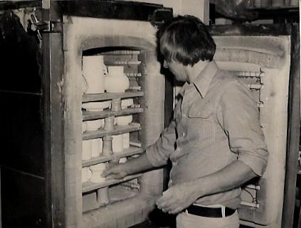 Hans-Jochim Thoms setzt den Ofen ein.