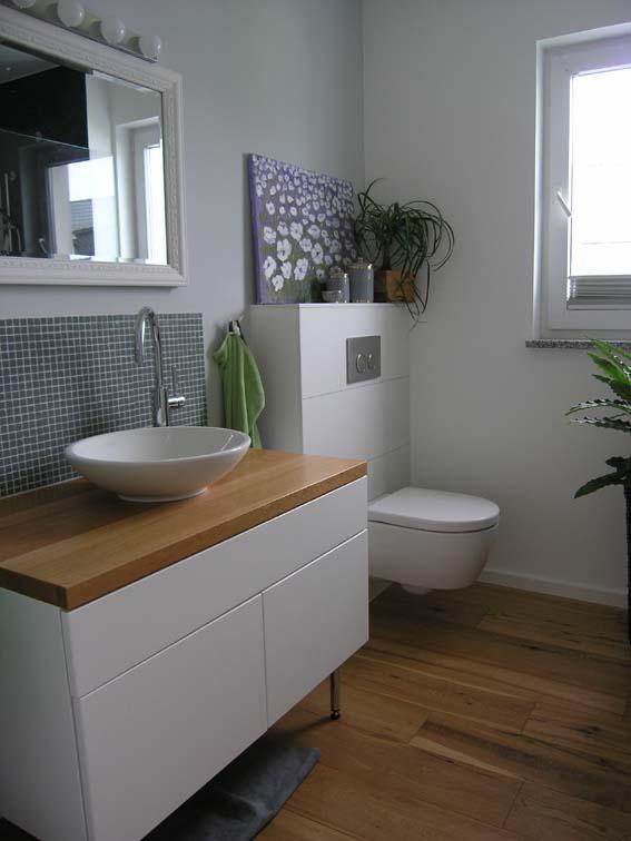 Duschbad mit Holzboden