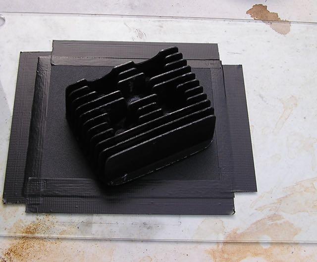 Bild: Glasplatte mit aufgeklebtem Schmirgelleinen Körnung 120