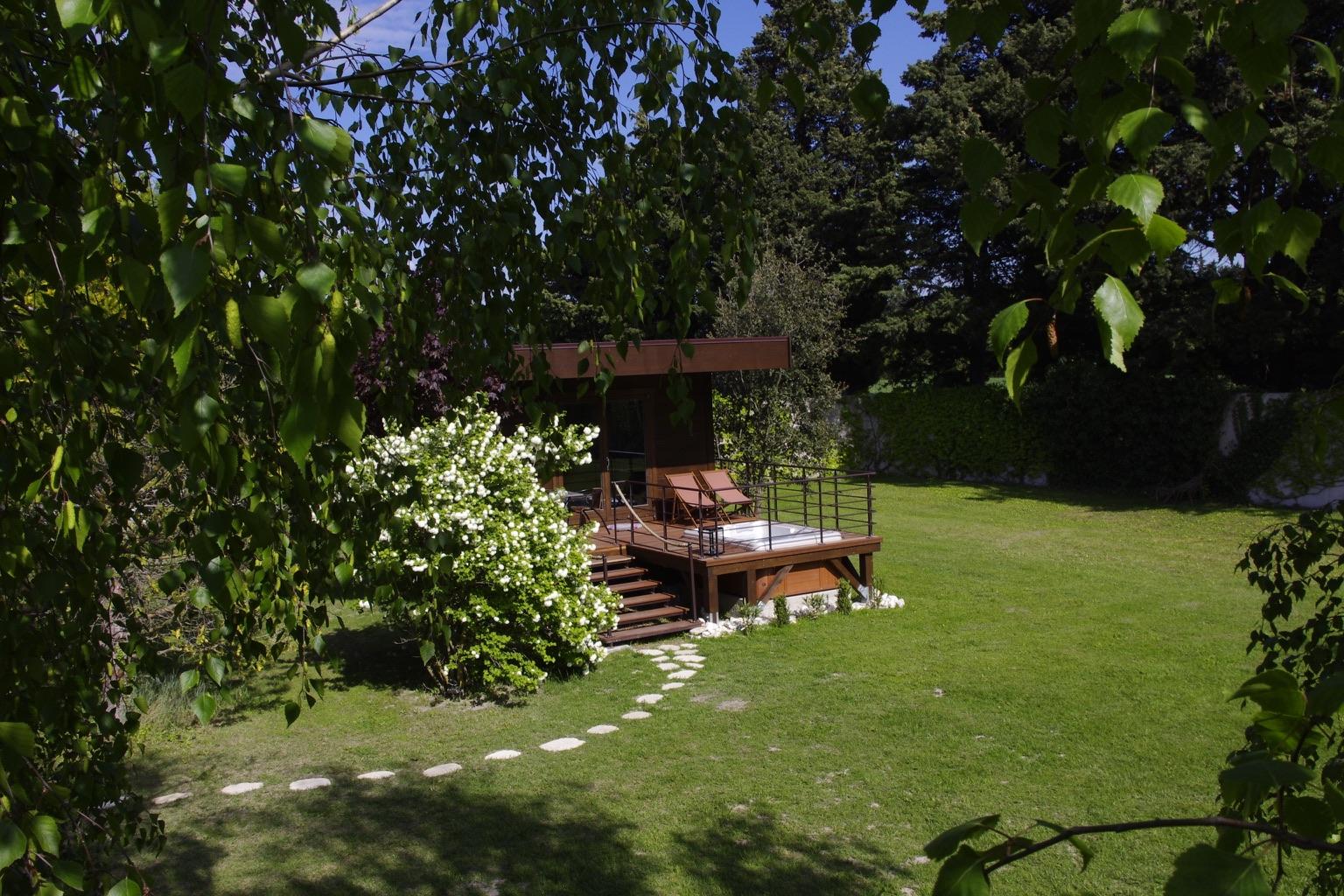 la cabane lodge dans le parc clos