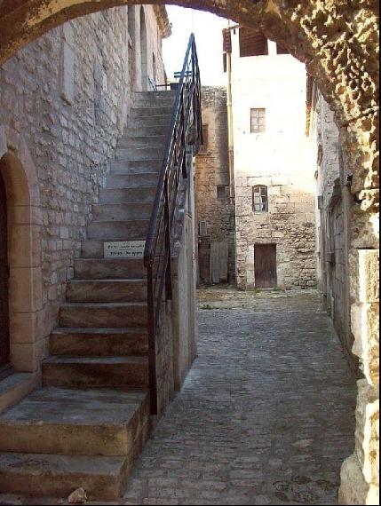 Eine malerische Gasse in les Baux de Provence