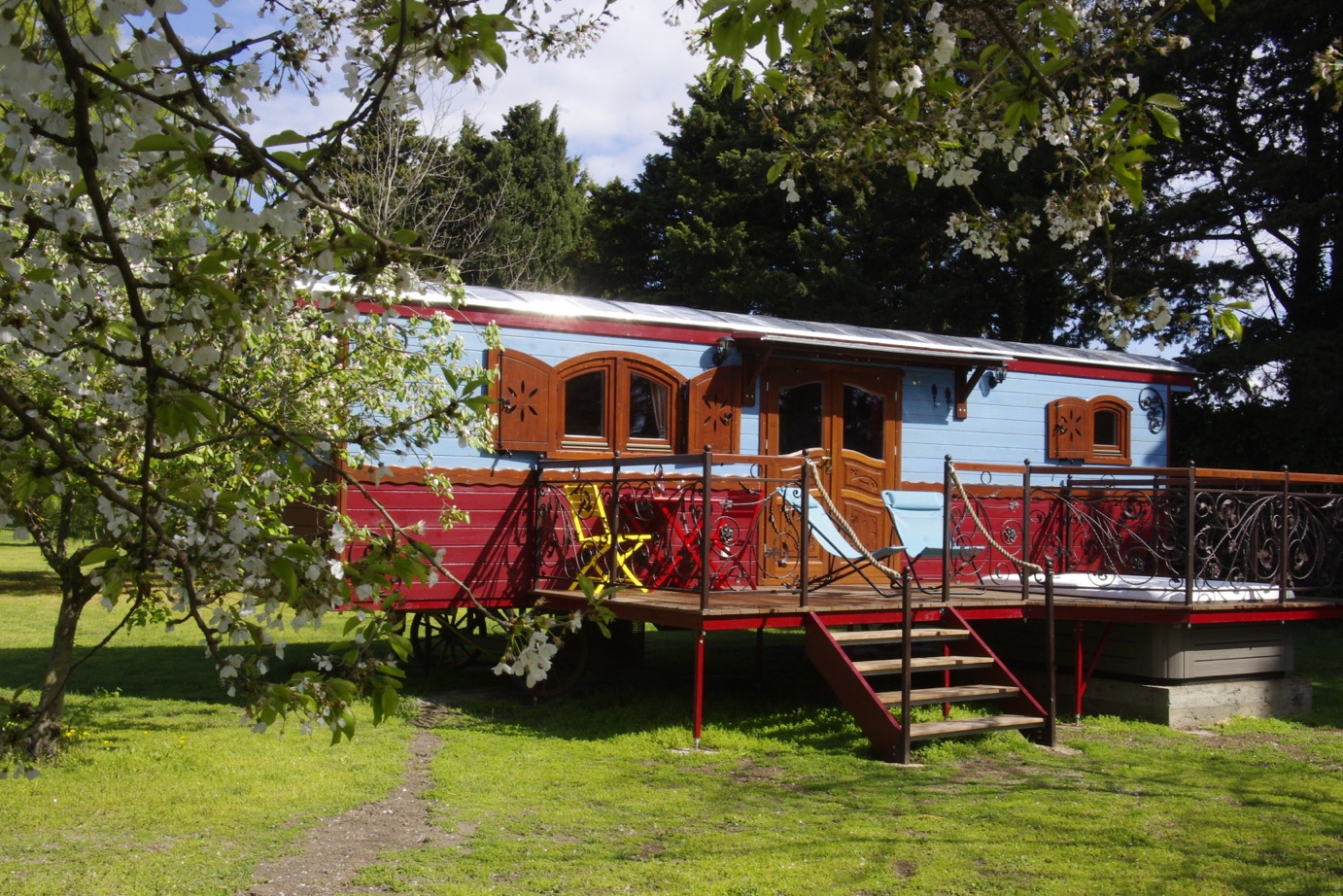 the gipsy caravan with hot tub