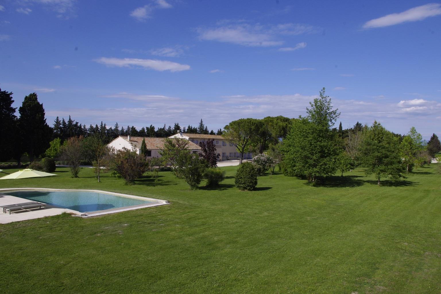Blick auf das Haus, den Park und das Schwimmbad