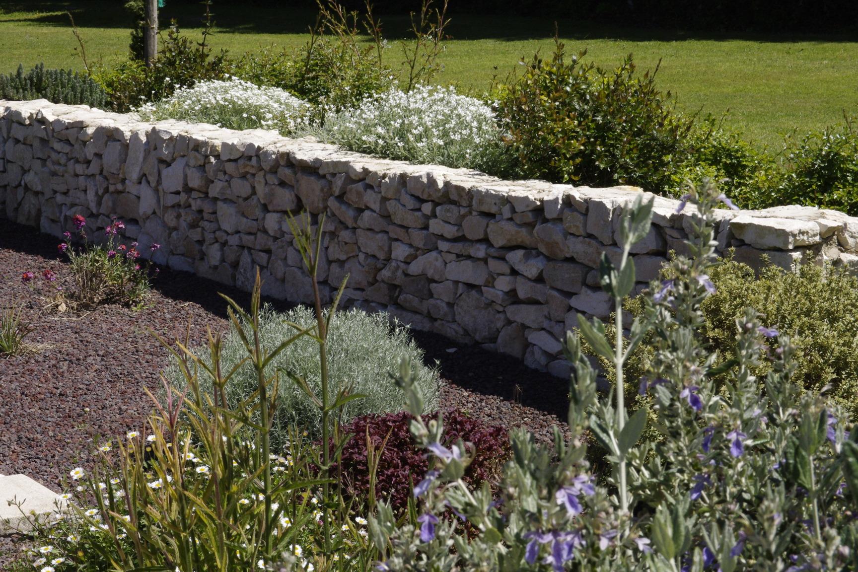 les plantes provençales et le muret de pierres sèches