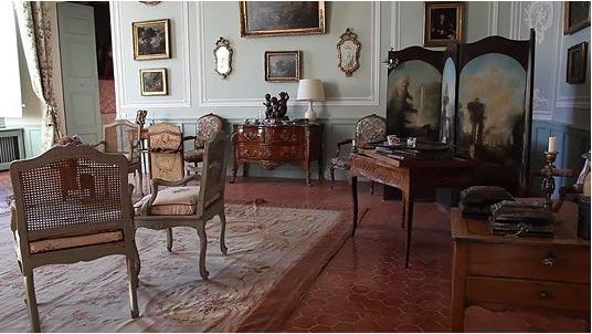 Ein Raum mit Möbeln im Schloss