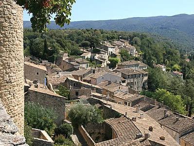 Das Dorf Ménerbes auf einer Felsvorsprung gebaut im Herzen vom kleinen Luberon