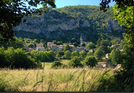 Monieux, ein schönes Dorf in einem außergewöhnlichen Ort