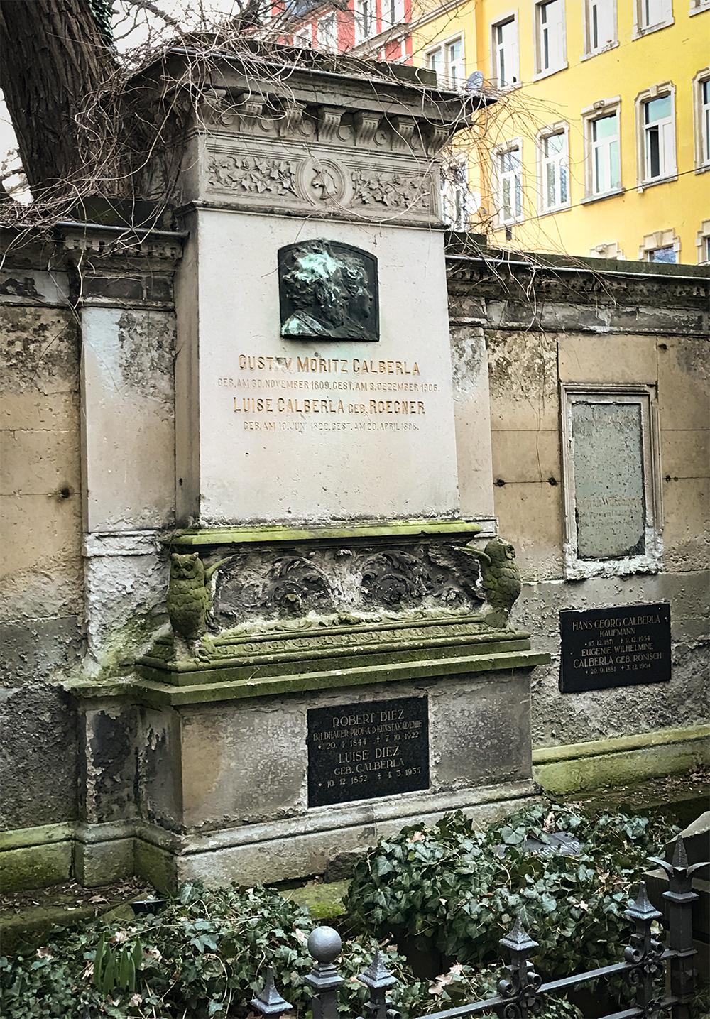Die Grabstätte des ehemaligen Besitzers auf den Dresdener inneren Neustädter Friedhof; Quelle: http://www.stadtwikidd.de/sw/images/6/6b/Calberla.jpg