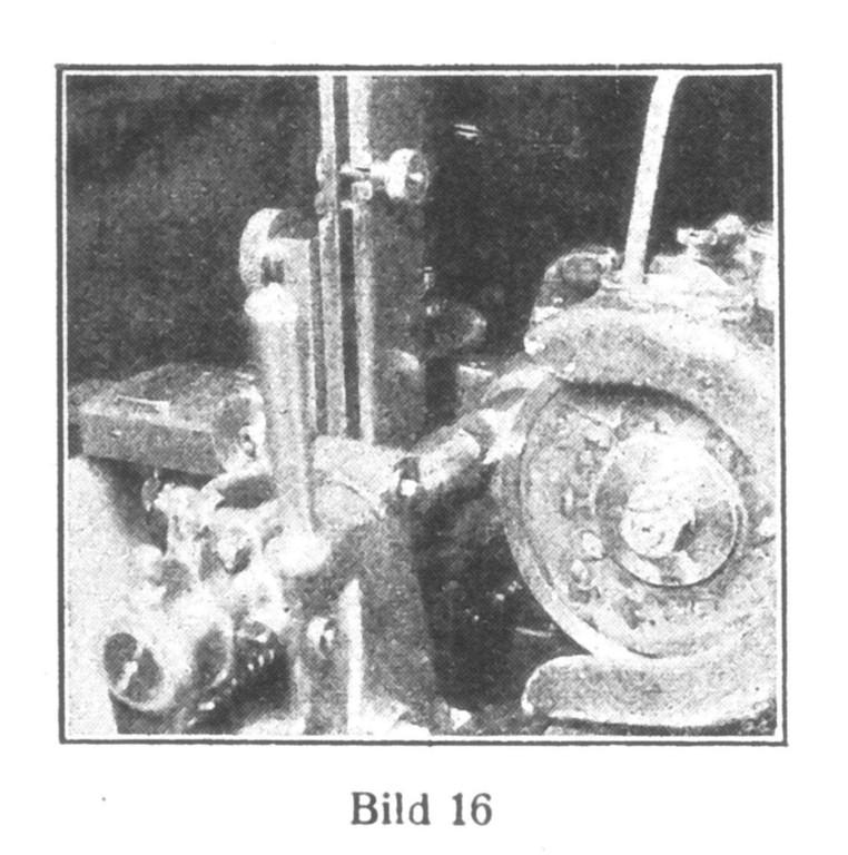 Bild 16: In einer automatischen Maschine werden die Vierecke an die Federwellen angefräst.