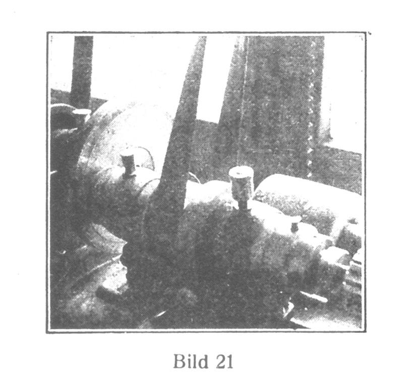 Bild 21: Polieren der Ankerhebungssteine, die auf einer Stahlplatte aufgelackt sind.