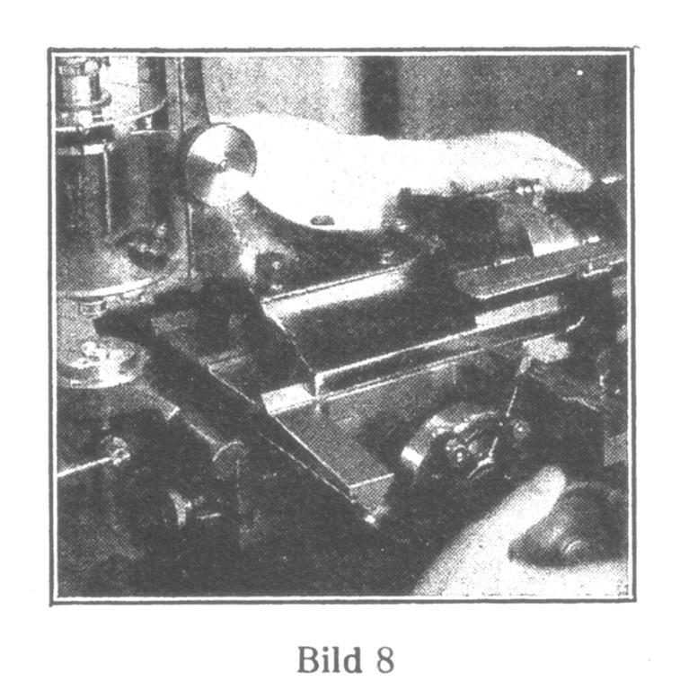 Bild 8: Prüfung der Ausdrehungen auf Tiefe und  Durchmesser. Meßgenauigkeit 0,01 mm.