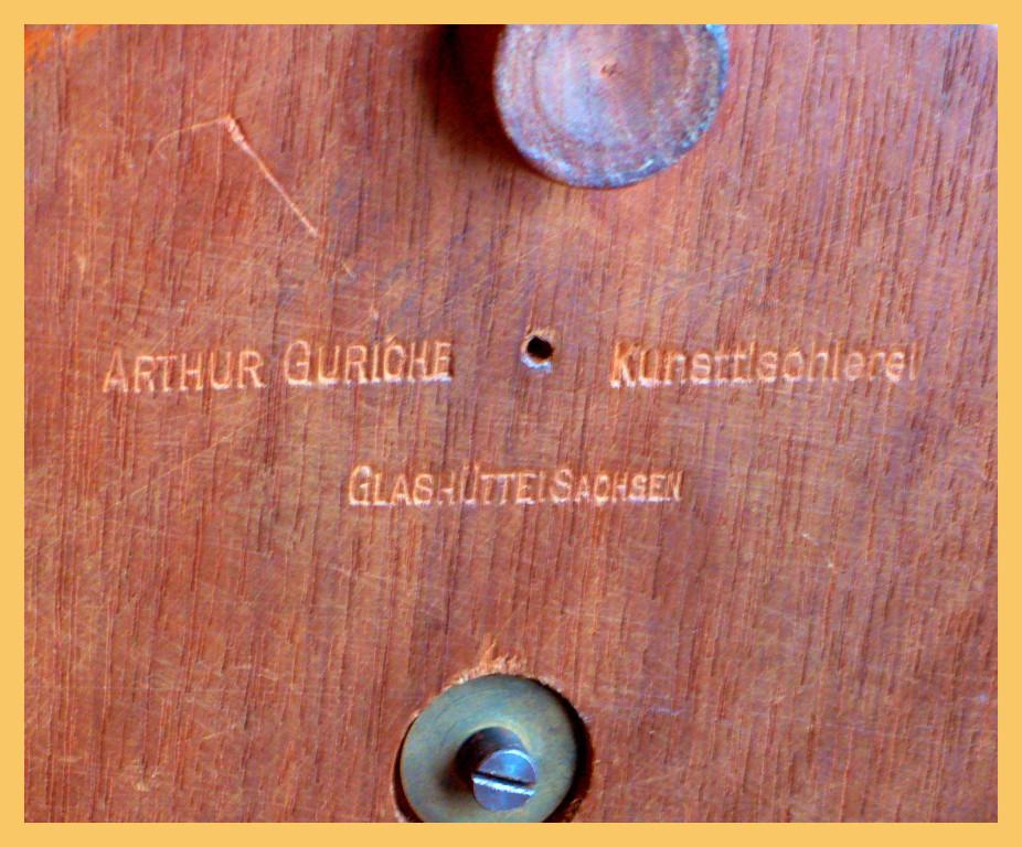 Der Holzsockel wurde von einer Glashütter Kunsttischlerei hergestellt .
