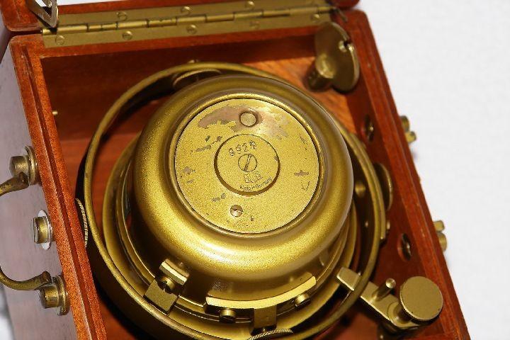 GUB Kaliber 100 Marine-Chronometer mit kardanischer Aufhängung, Unterseite