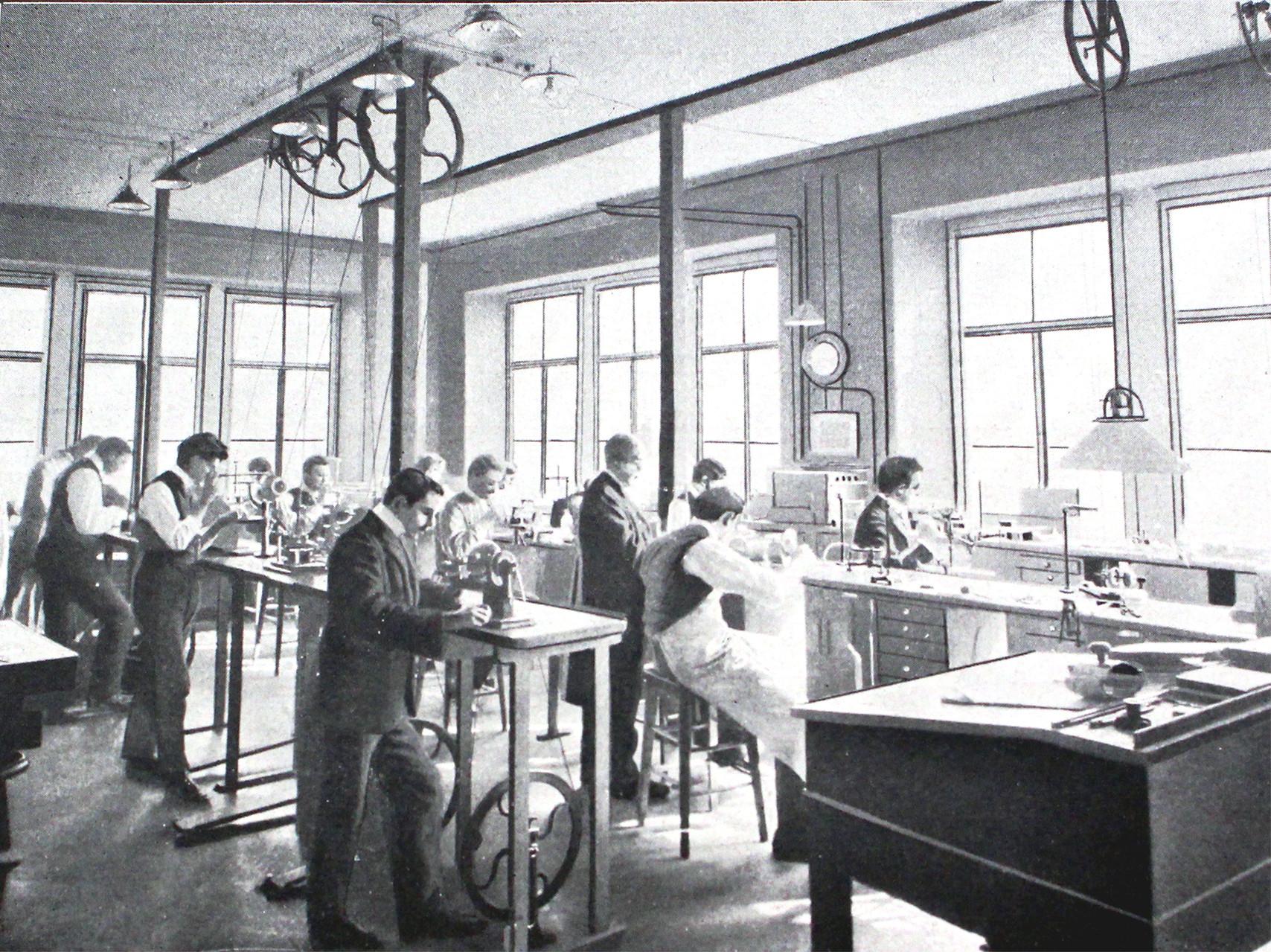 Lehrsaal 3 - Schüler bei ihren Arbeiten