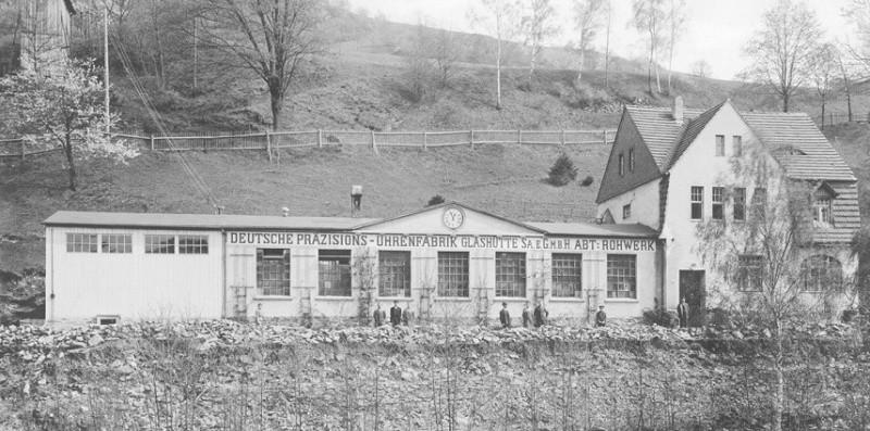 """Das Gebäude der ehemaligen Uhrenfabrik """"Bahnzeit"""" wurde von der DPUG für den Fabrikneubau der Rohwerkefertigung erworben."""