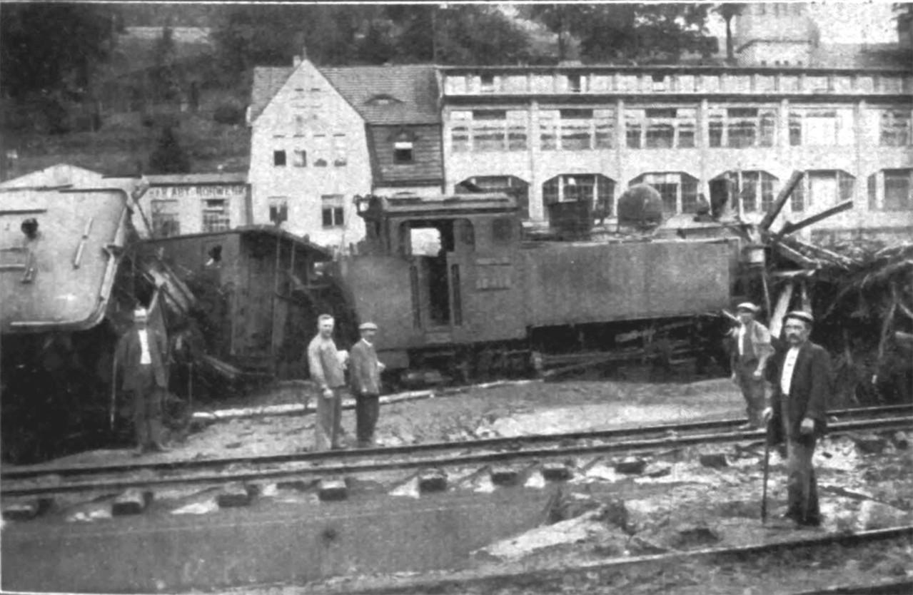 Am Bahnhof Glashütte, im Hintergrund die Gebäude der ehemaligen Präzisionsuhren Fabrik e.G.m.b.H.