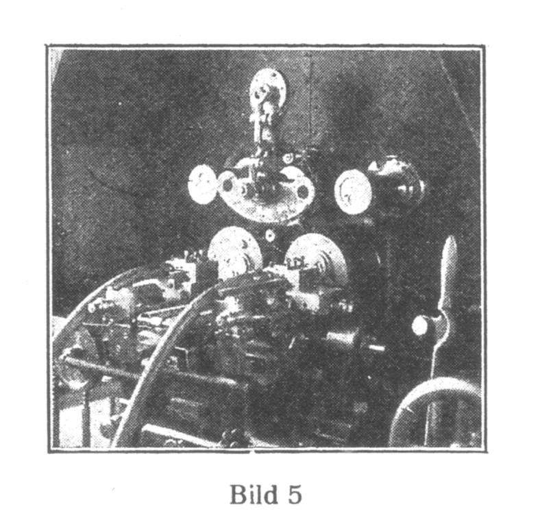 Bild 5: Automatische Maschine, in der die Gestellplatten von einem Arm (oben) ergriffen und den verschiedenen Fräsern zugeführt werden. Ein Mann kann acht solcher Maschinen bedienen.