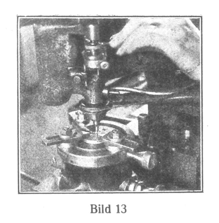 Bild 13: Mit Hilfe einer Storchschnabel-Graviermaschine werden die Kloben graviert. Zahlen und Marke werden nicht eingeprägt, sondern graviert.
