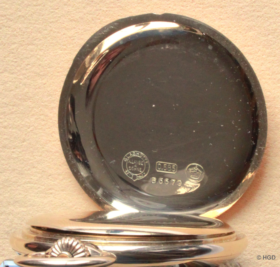 Die Kennzeichnung des Gehäuses, weisen es als aus der Gehäusefertigung der Firma A.Lange & Söhne stammend aus.