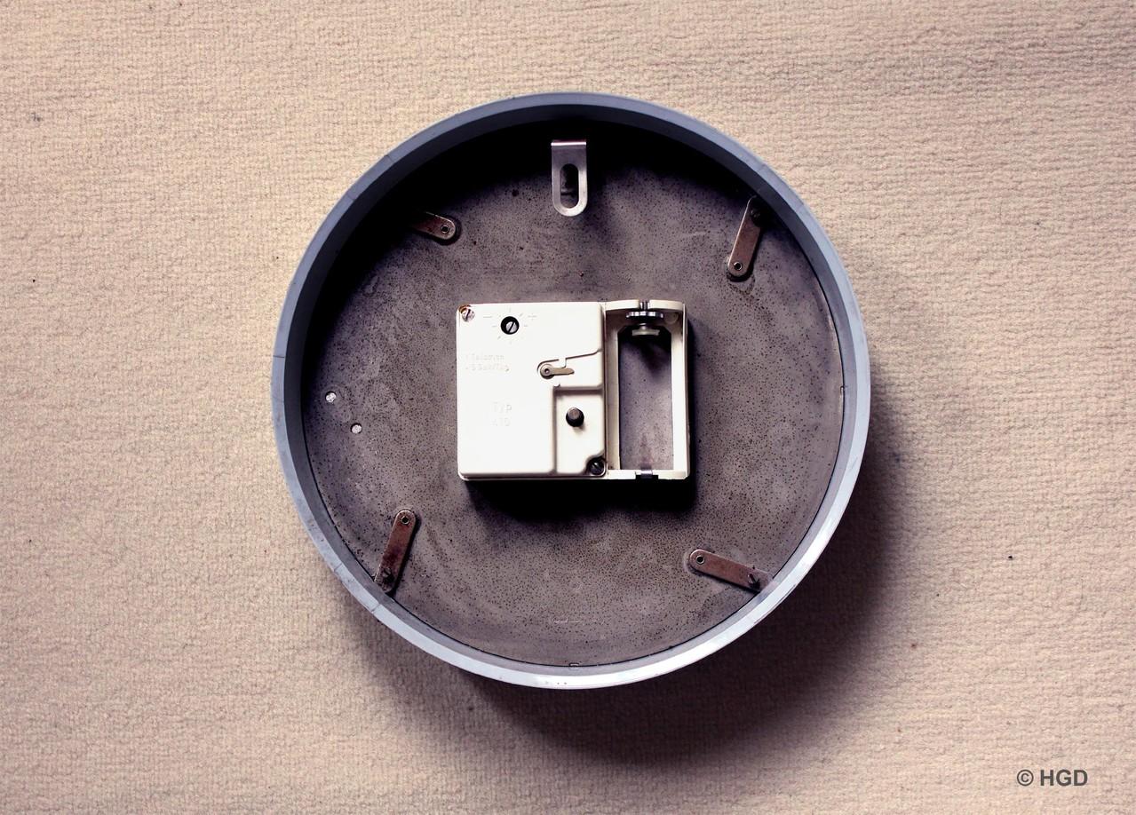 Rückansicht des Kunststoffgehäuses mit Metallzifferblatt, Wandaufhängung und Werkgehäuse
