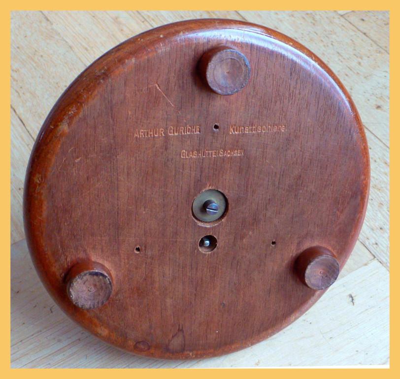 Von der Unterseite des Holzsockels wurde das Modell auch aufgezogen.