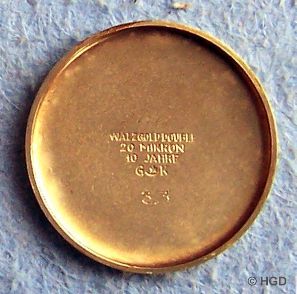 Gehäusehersteller war die Pforzheimer Firma Gebr. Kuttroff