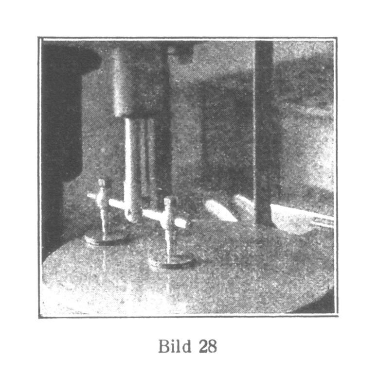 Bild 28: Polieren der Schraubenköpfe und anderer flachen Teile, die auf eine Stahlplatte gelackt werden.