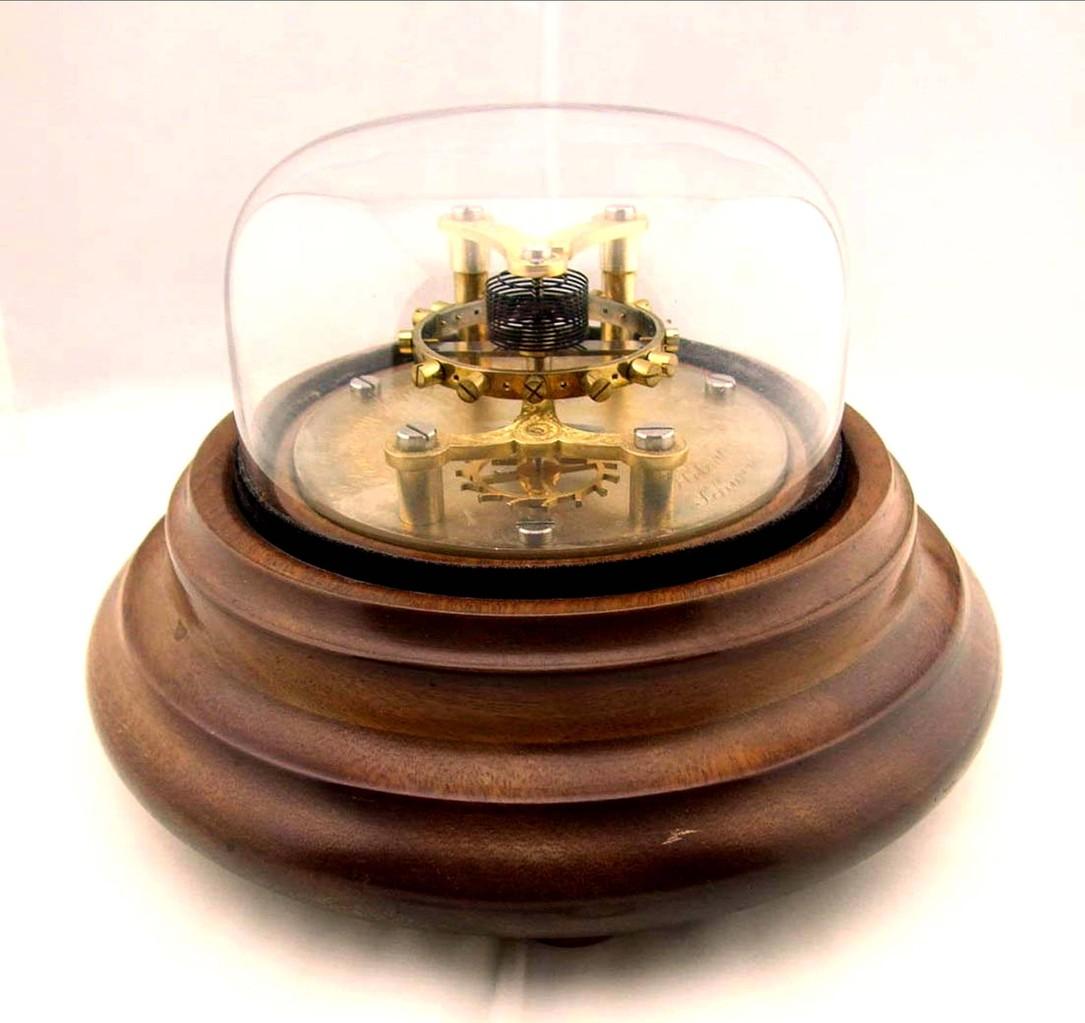 DUS Ankergangmodell mit Glasglocke und gedrechseltem Holzsockel