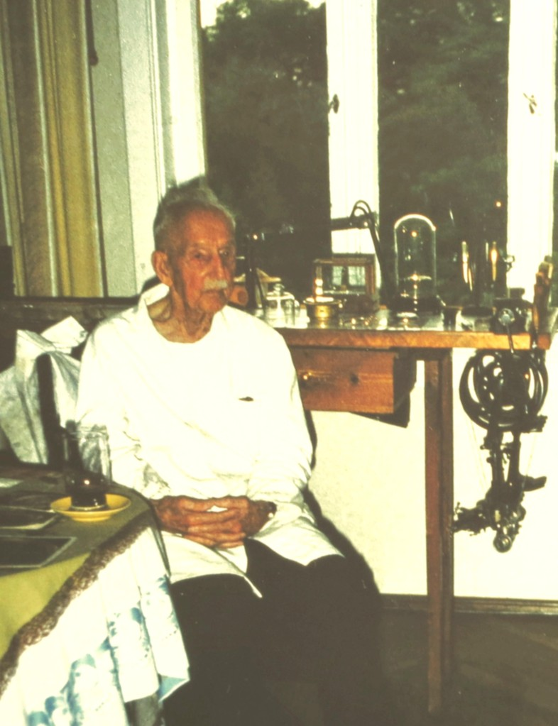 Gustav Gerstenberger mit über 90 Jahren an seinem Arbeitsplatz