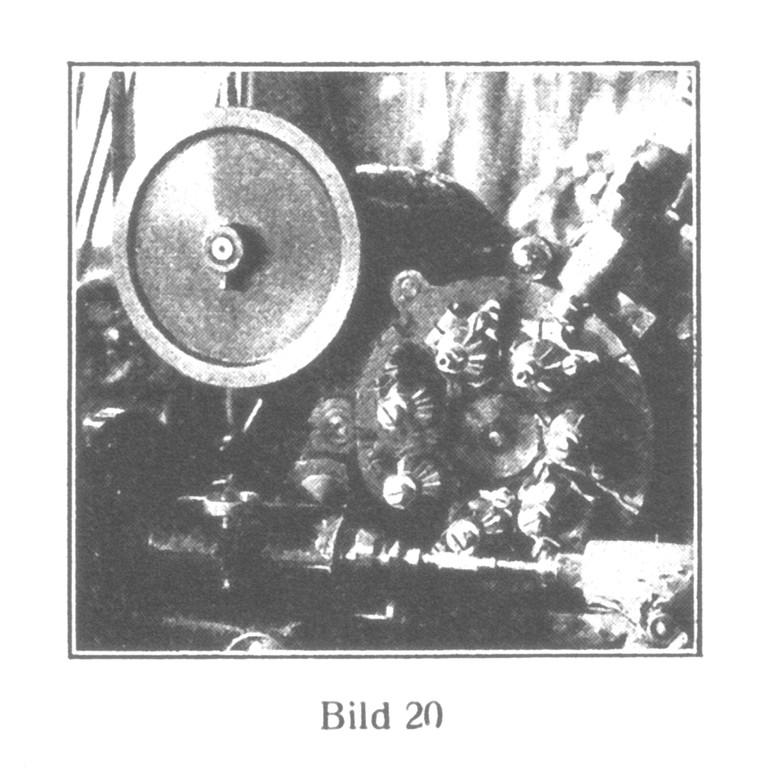 Bild 20: Automatische Ankerrad-Schneidmaschine mit sieben verschiedenen Fräsern, die, nacheinander arbeitend, in 18 Minuten einen Block von 50 Rädern fertigstellen.