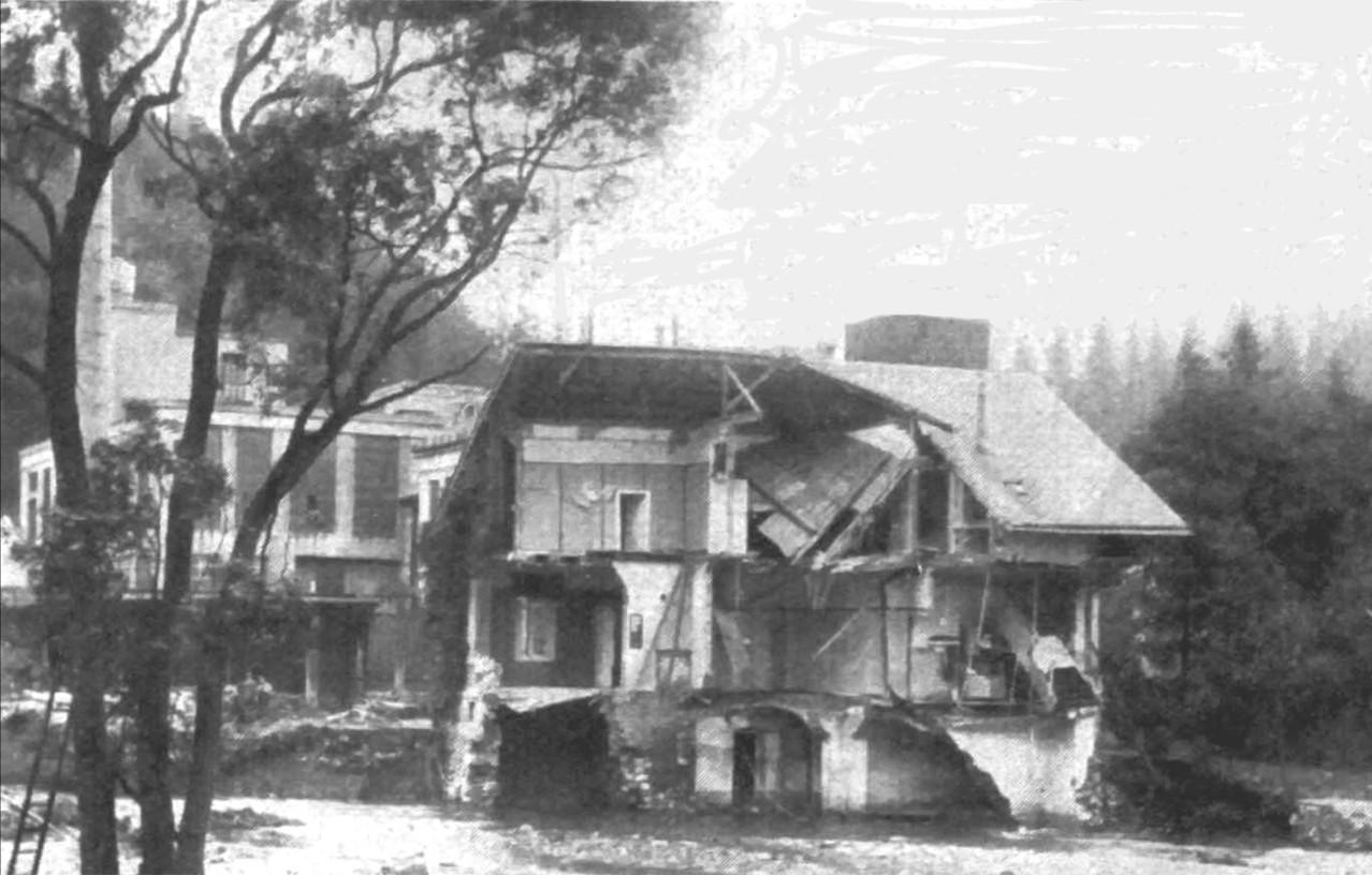 Von den Fluten zur Hälfte weggerissenes Wohnhaus