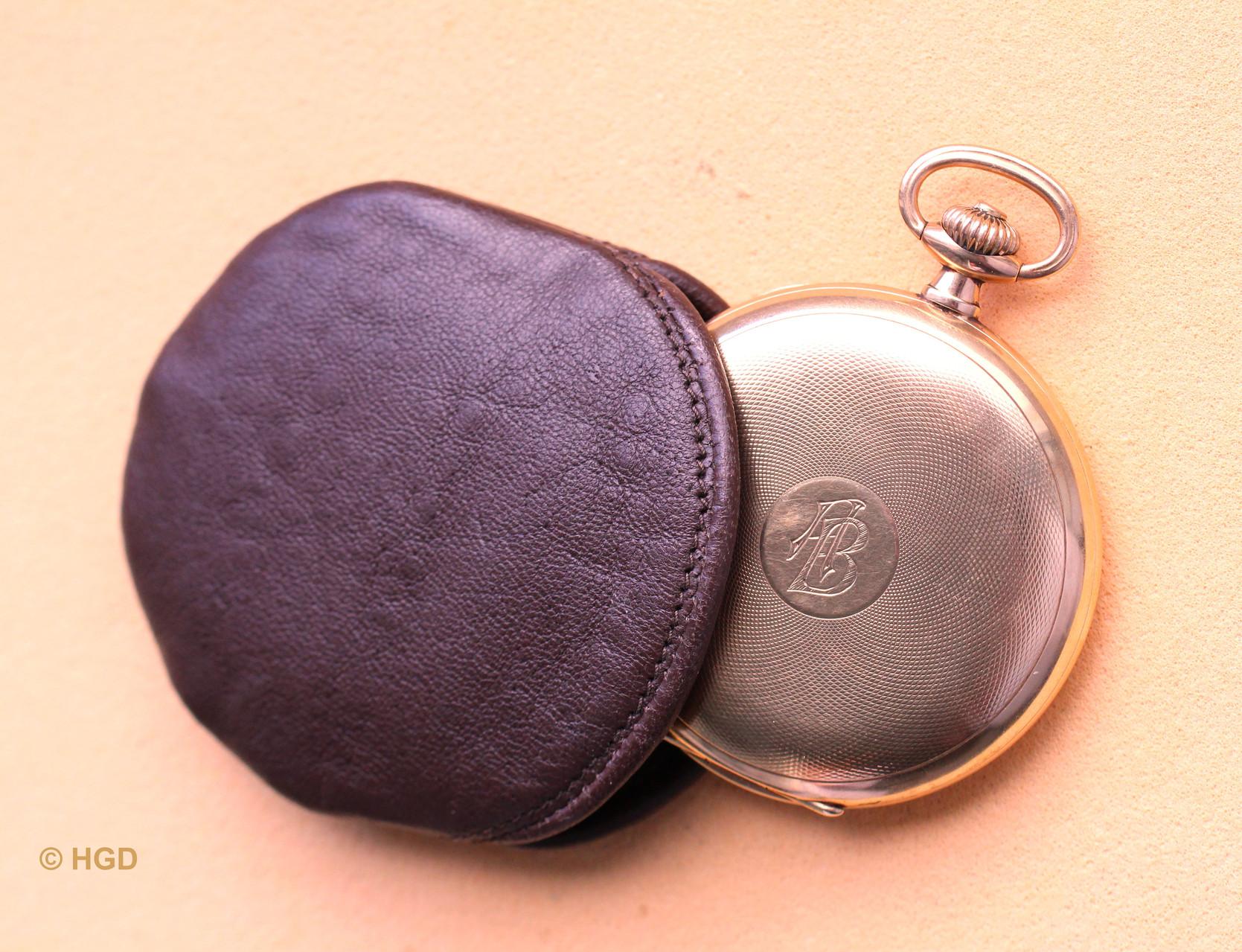Von der Uhrenfabrik Akt. Ges. Glashütte Sa. (UFAG) mit einem Feingehalt von 585/1000 gefertigtes Goldgehäuse und original zur Uhr gehörige Lederschutzhülle