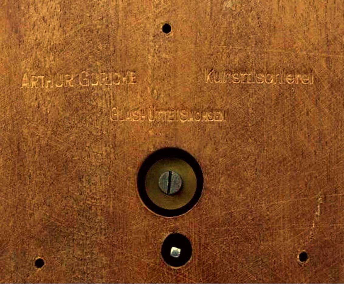 Sockelkennzeichnung des Glashütter Kunsttischlers