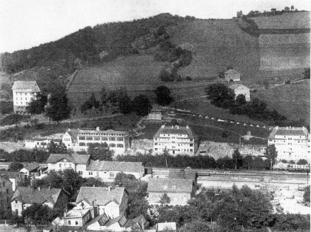 Links neben dem Werkswohnhaus, der am 10.12.1921 übergebene Stahlbeton Neubau der Uhren Rohfertigung der DPUG
