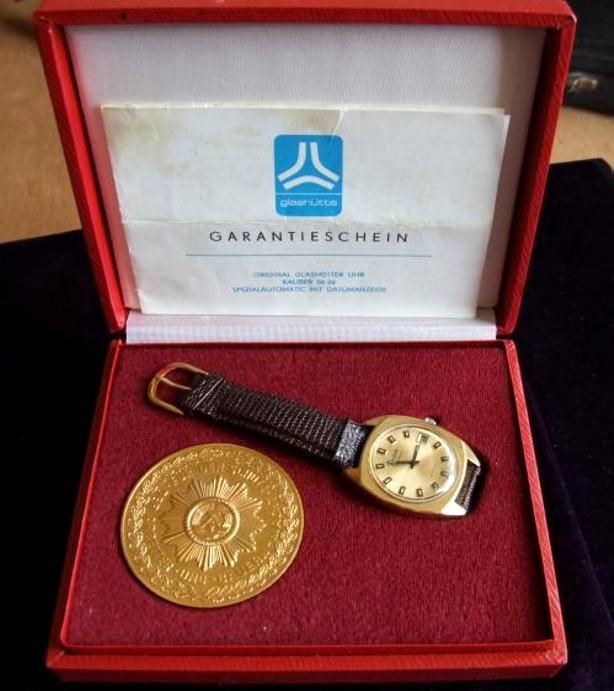 Schmuckschatulle mit Auszeichnungsuhr, Medaille & Garantieschein