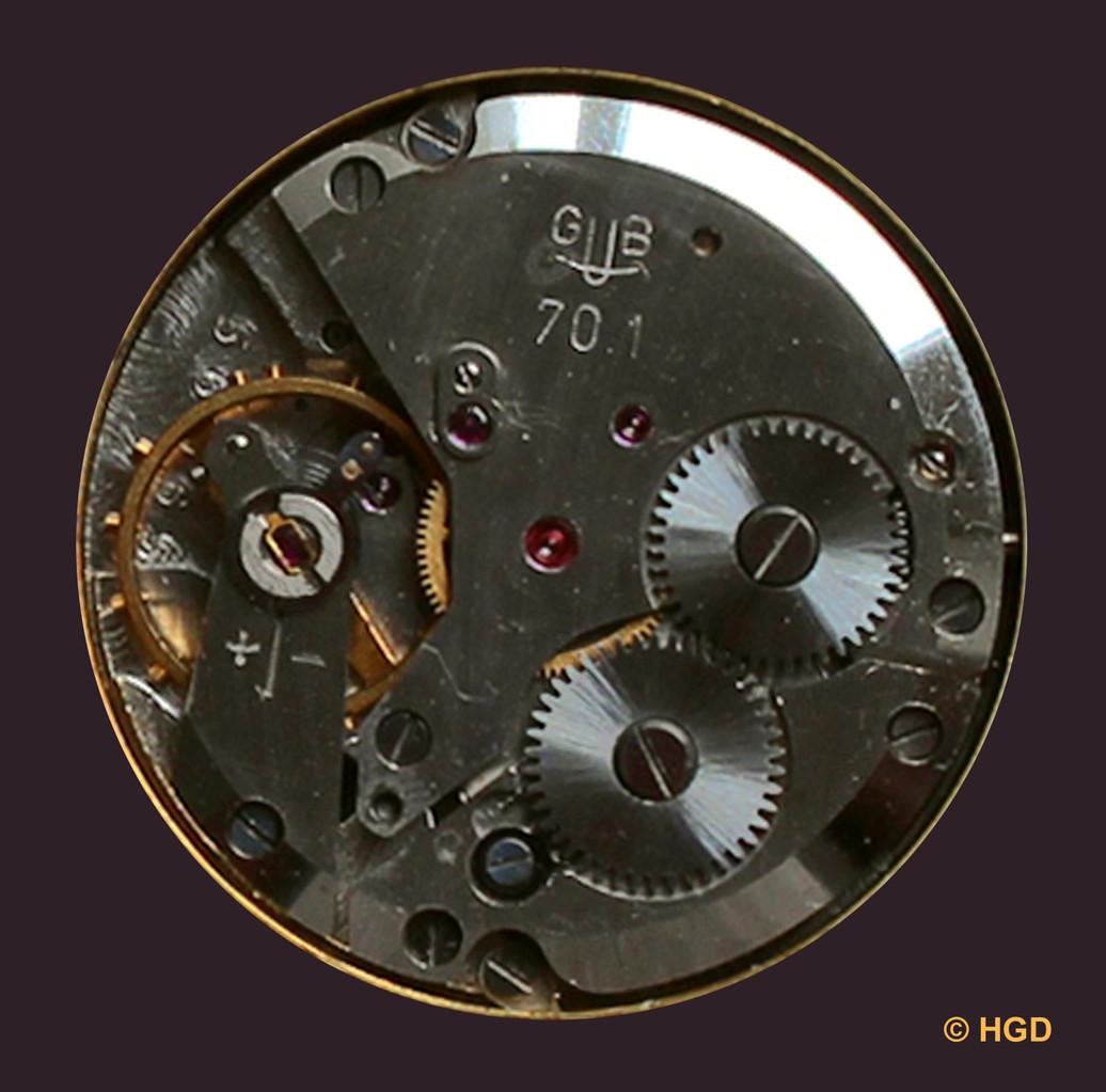 Die vergoldete Schraubenunruh & die importierte Nivarox-1 Spirale sind die wesentlichen Unterscheidungsmerkmale zum Basiswerk