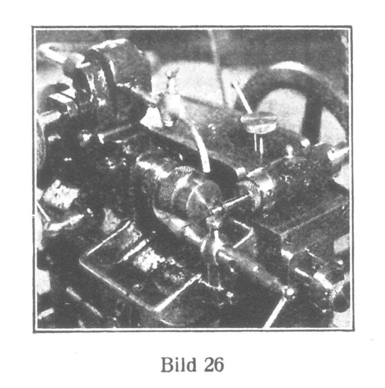 Bild 26: Die doppelten Zahnungen des Rades auf der Aufziehwelle (Rainurerad) werden auf einer vollautomatischen Maschine geschnitten.
