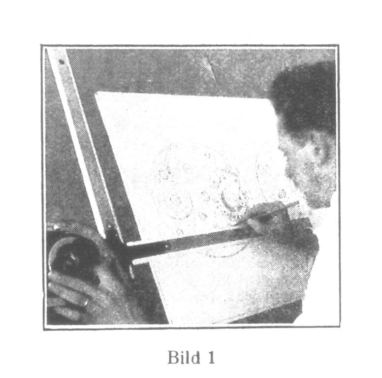 Bild 1: Der Uhrentechniker am Zeichenbrett. Das Kaliber wird maßgerecht in starker Vergrößerung entworfen, Jedes Einzelteil wird dann gesondert mit äußerst genauen Maßangaben aufgezeichnet.