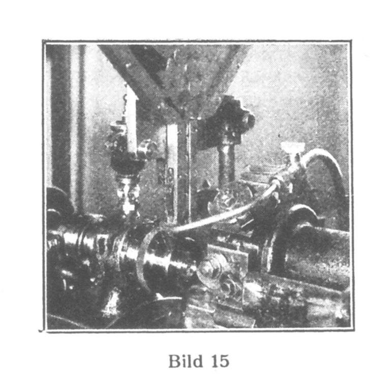 """Bild 15: Bearbeitung des Federhauses. Man sieht, wie die einzelnen Durchschläge durch Drehung des Sternes (oben links) aus dem """"Lader"""" der Maschine zugeführt werden. Eine Arbeitszange ergreift sie, und die verschiedenen Werkzeuge beginnen ihre Arbeit."""