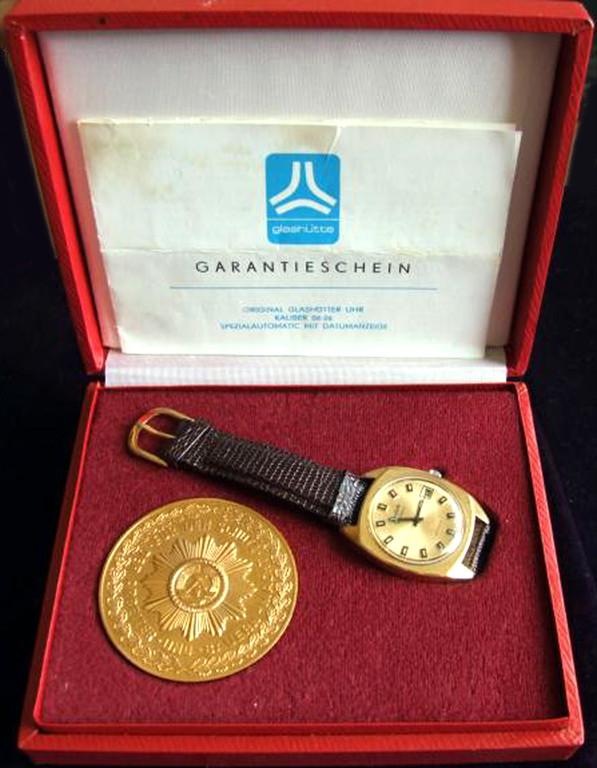 GUB  Spezimatic Auszeichnungsuhr für die Organe des Ministerium des Inneren der DDR mit Bodenprägung,  Box, Medallie und Papieren