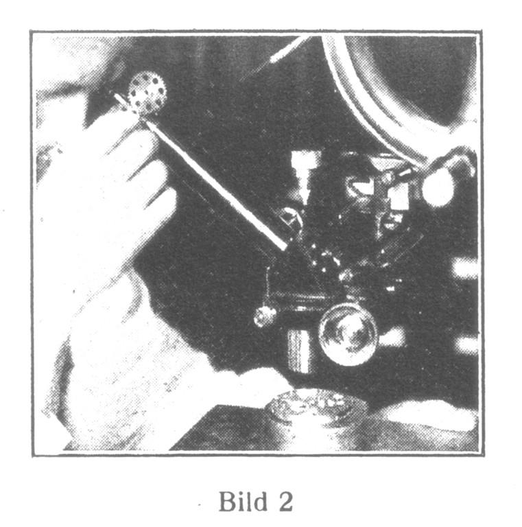 Bild 2: Die Metalle für das Rohwerk werden in einem Spezialapparate auf Härte, Elastizität und Widerstandskraft geprüft.