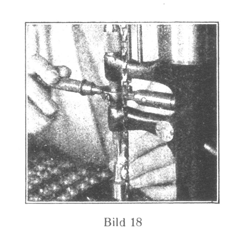 Bild 18: Das Rad wird auf das Trieb genietet.