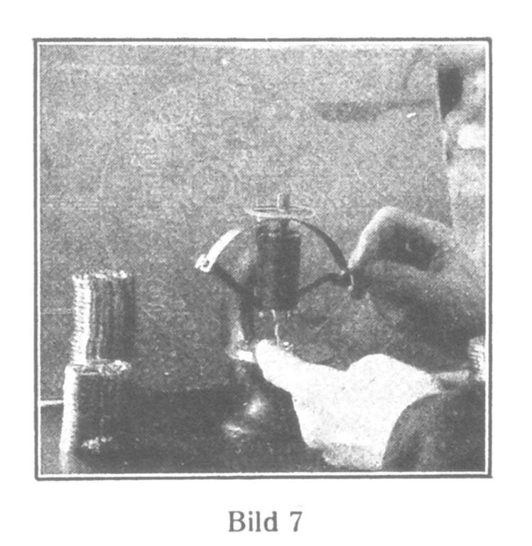 Bild 7: Prüfung der Ausdrehungen und Bohrungen auf ihre richtige Lage. Meßgenauigkeit 0,001 mm.