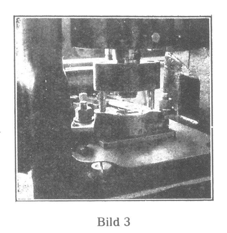 Bild 3: Die Herstellung der Rohwerke beginnt. Aus Messingplatten werden die Gestellplatten und die Kloben ausgestanzt.