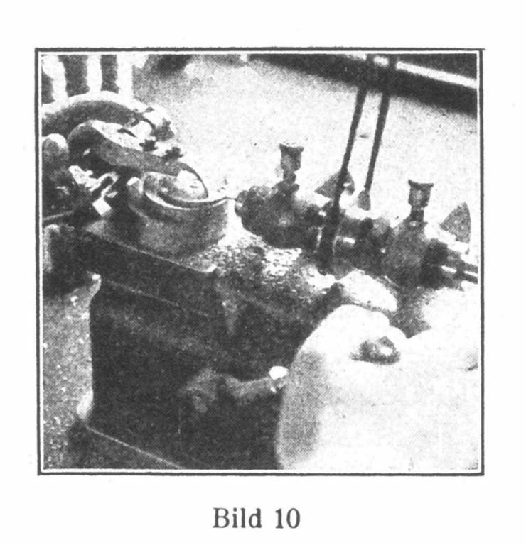 Bild 10: Eine halbautomatische Maschine bohrt das Loch für die Aufziehwelle.