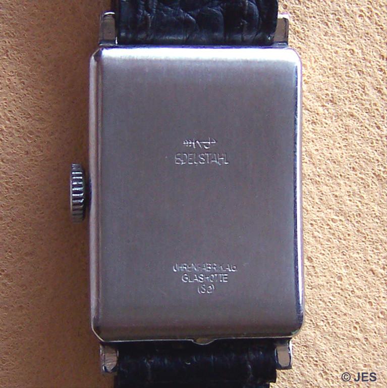 Edelstahlboden mit den Kennungen des Gehäuseherstellers und der Glashütter Uhrenfabrik AG UFAG