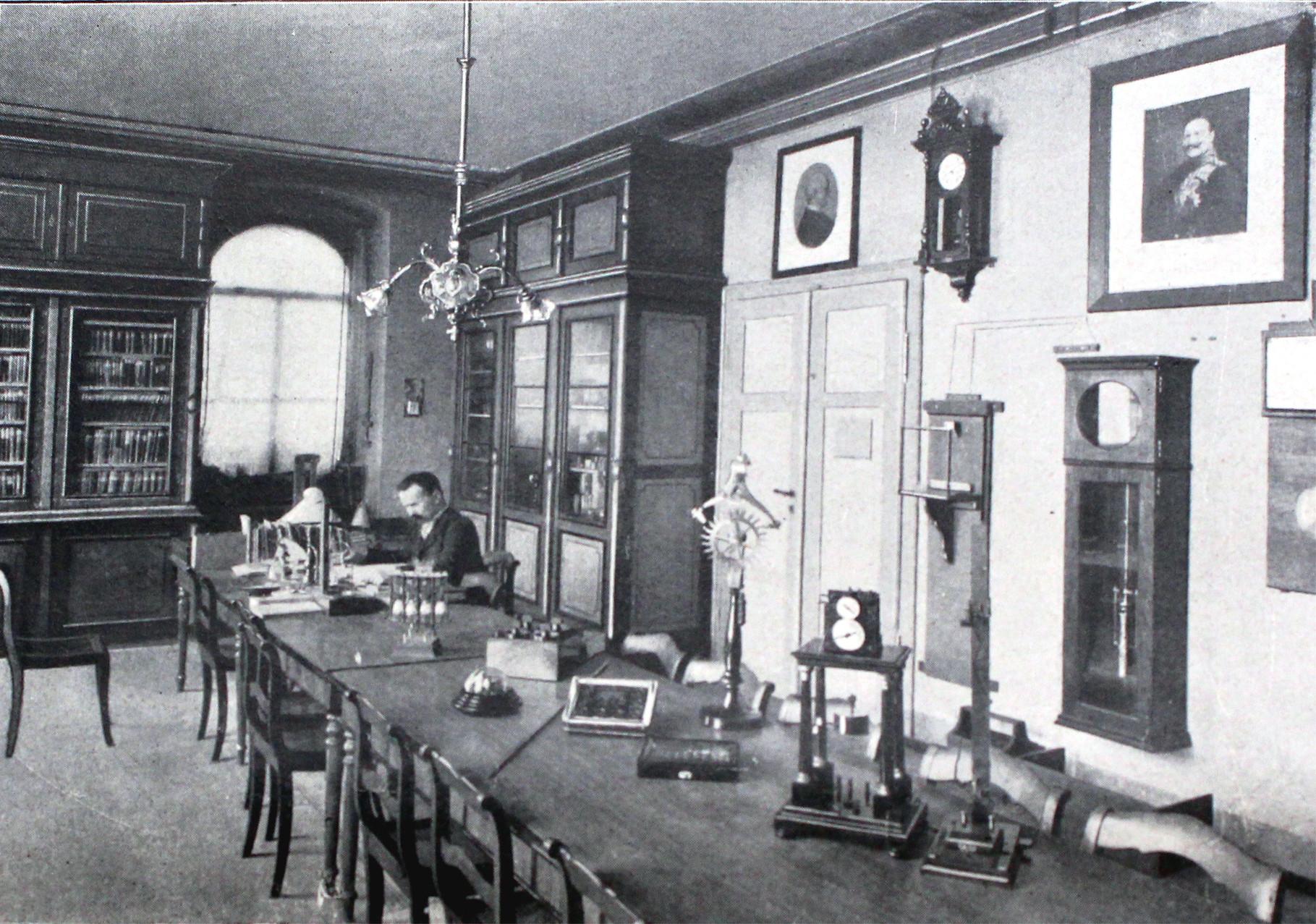 Das Bibliothekszimmer mit Oberlehrer Rommershausen