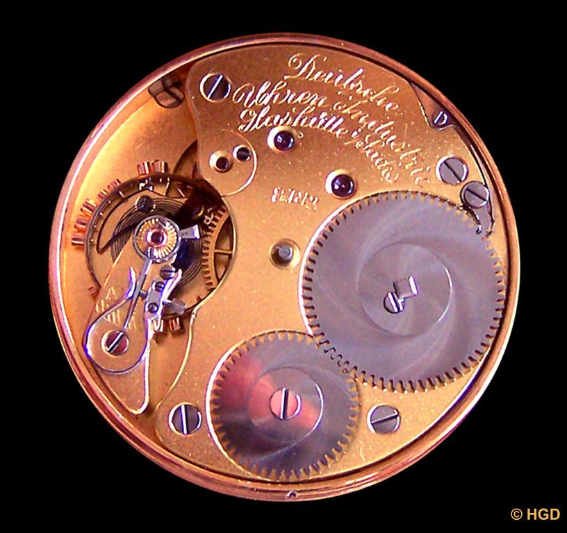 Dreiviertelplatine, Glashütter Ankerhemmung, Chronometer-Unruh, Breguetspirale, Feinregulierung, Sonnenschliff