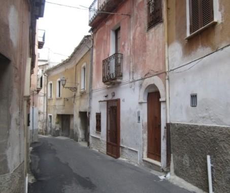 Sulla destra il portone di casa dell'autrice del racconto